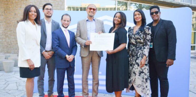 UNESCO entrega certificado acredita Bachata como Patrimonio de la Humanidad Realiza homenaje a Víctor Víctor