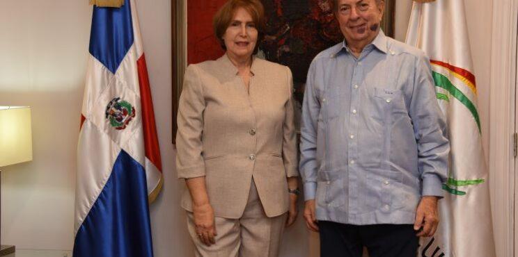 El arquitecto Eduardo Selman recibe en su despacho a la nueva ministra de Cultura, Carmen Heredia
