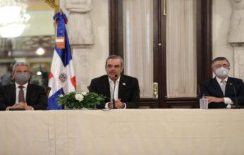 Abinader se reúne con artistas dominicanos en el Palacio Nacional