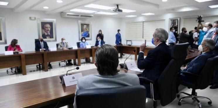 Abinader se reúne con el ex presidente Medina y miembros del Comité Político  del PLD