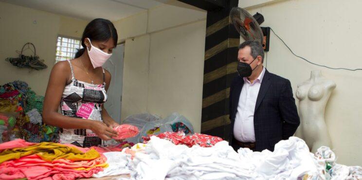 PROMIPYME otorga préstamo de RD$500,000 a propietaria confección de ropa