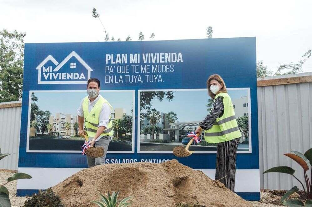 """Vicepresidenta y Director Invi dan primer palazo """"Plan Mi Vivienda"""" en Santiago"""