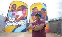 Sirena Los Alcarrizos exhibe mural de Angurria en el exterior de la tienda