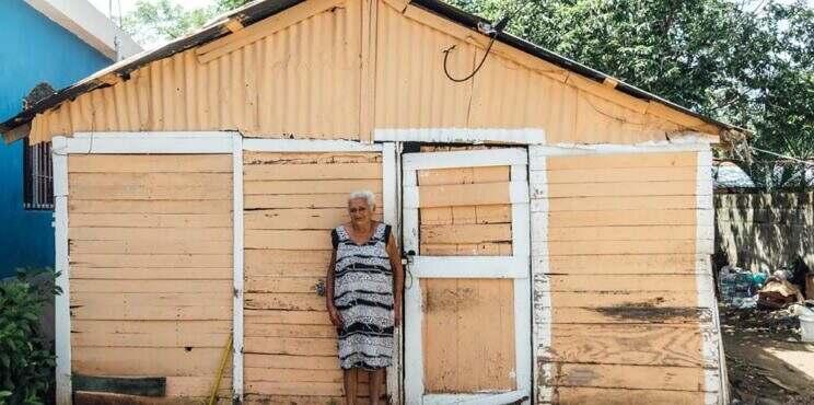 INVI inicia construcción de vivienda de adulta mayor identificada durante jornada de vacunación en Los Alcarrizos.