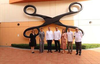 Encargado de Negocios de la Embajada de los EE. UU. entrega fondos de preservación cultural al Centro León