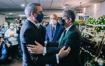 Presidente Abinader acude expresar condolencias al expresidente Fernández por fallecimiento de su madre