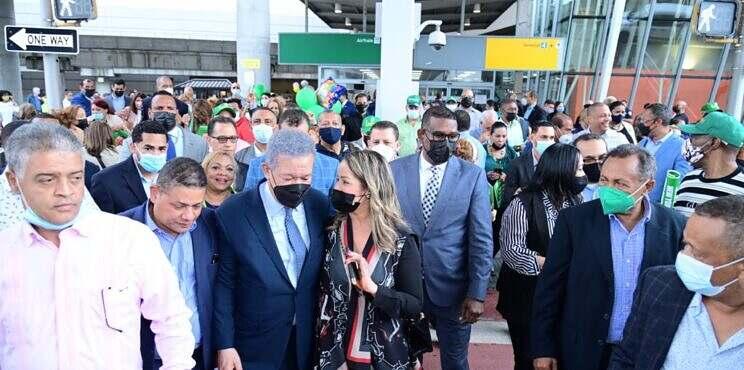 Leonel es recibido por decenas de seguidores en New York